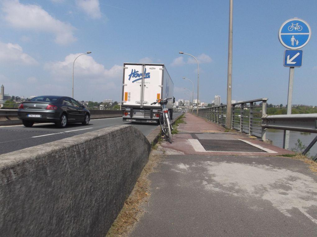 Blois pont Charles de Gaulle piste et cheminement obligatoire pour les piétons - Il faudra un jour envisager de modérer  les vitesses au profit de tous, améliorer les barrières de séparation pour les cyclistes et les piétons.