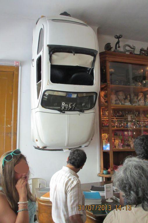 Une décoration originale dans un café correct dans le centre de  Porto: rua Galeria de Paris. Au sous-sol, des vélos sont accrochés au plafond !