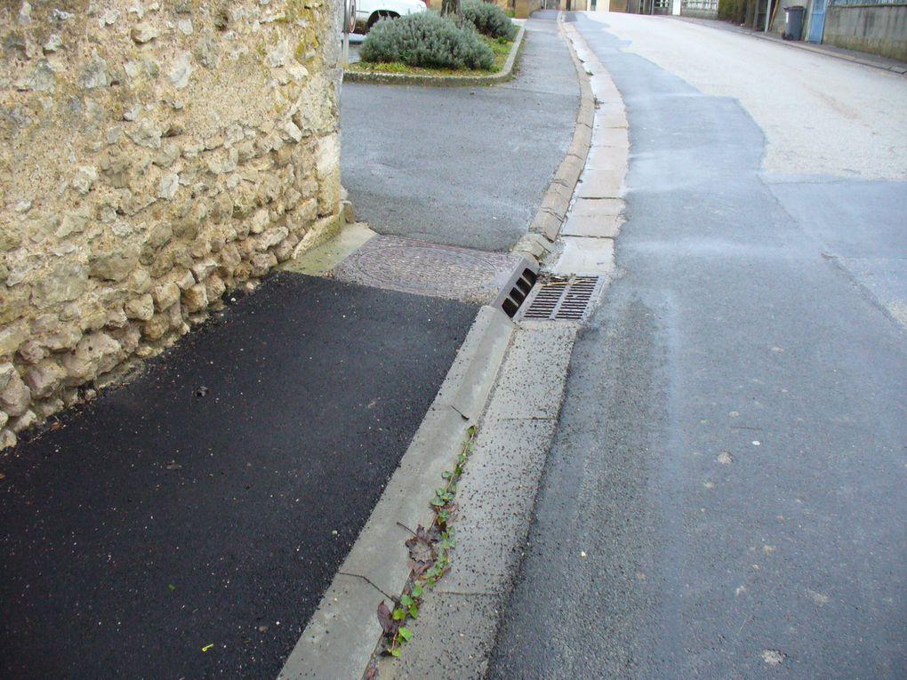 """Dimanche 23 décembre 2012: Villetrun : les """"nouveaux"""" trottoirs ne sont pas aux normes ! Villetrun vient de refaire quelques menus travaux d'aménagement ! Par exemple, près de la mairie, le long des routes départementales.le trottoir a été rénové rue de l'Ile de France. Mais, malheureuement, sur ce nouveau cheminement, les piétons ne disposent que d'un espace d'à peine 80 cm !  Riverains 28 / Schumacher 33"""