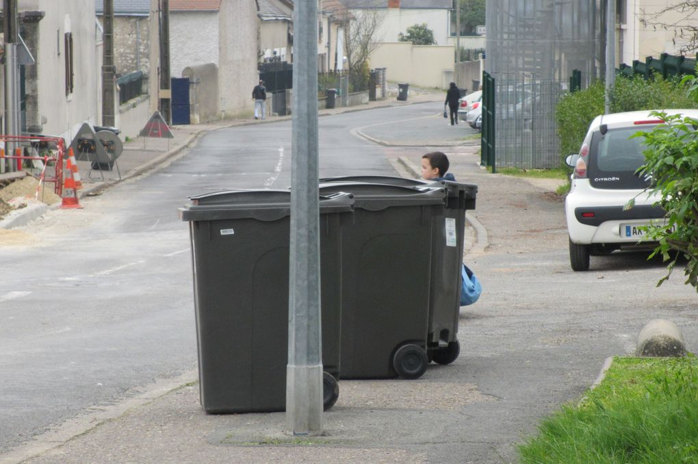 Blois rue de bel air, Les enfants sur le chemin de l'école: cachés par des poubelles et gênés par des voitures sur les trottoirs