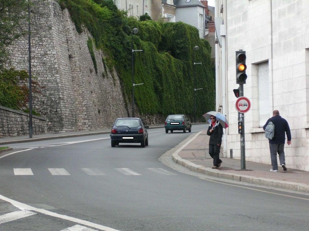 Blois rue Gallois. Au niveau de la Poste, les feux vert sont au orange clignotant pour les automobilistes, bien visibles, beaucoup ne remarquent pas le passage au orange fixe et même au rouge et continuent de passer !