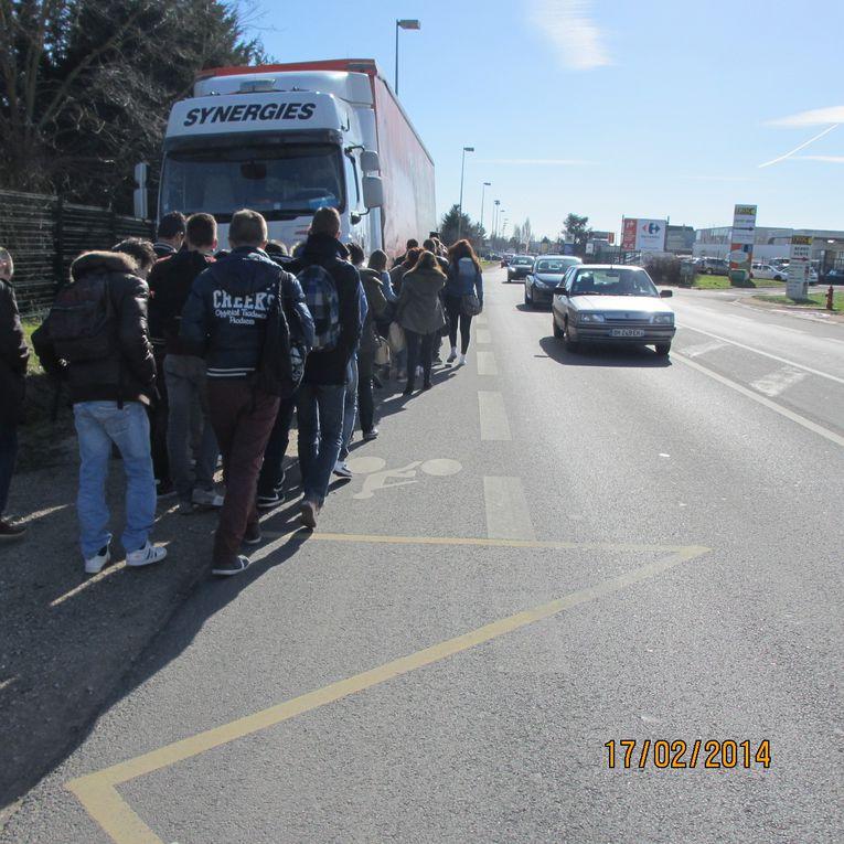Blois - avenue de Chateaudun devant la décheterrie - Il suffit d'un camion mal garé pour mettre 30 lycéens en danger