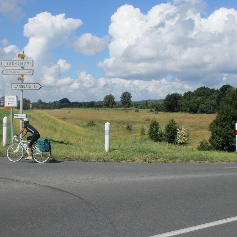 Langeais (37)(RD 57)  où la vitesse est limitée à 70 km/h . et son mémorial de bord de route...au croisement avec la RD 16