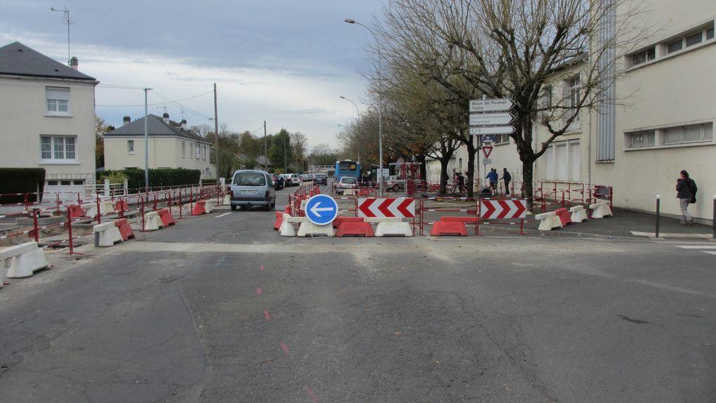 Blois rue d'Auvergne - lors des travaux - un rétrécissement de la voierie est parfaitement envisageable. La place laissée aux voitures peut facilement être réduite.