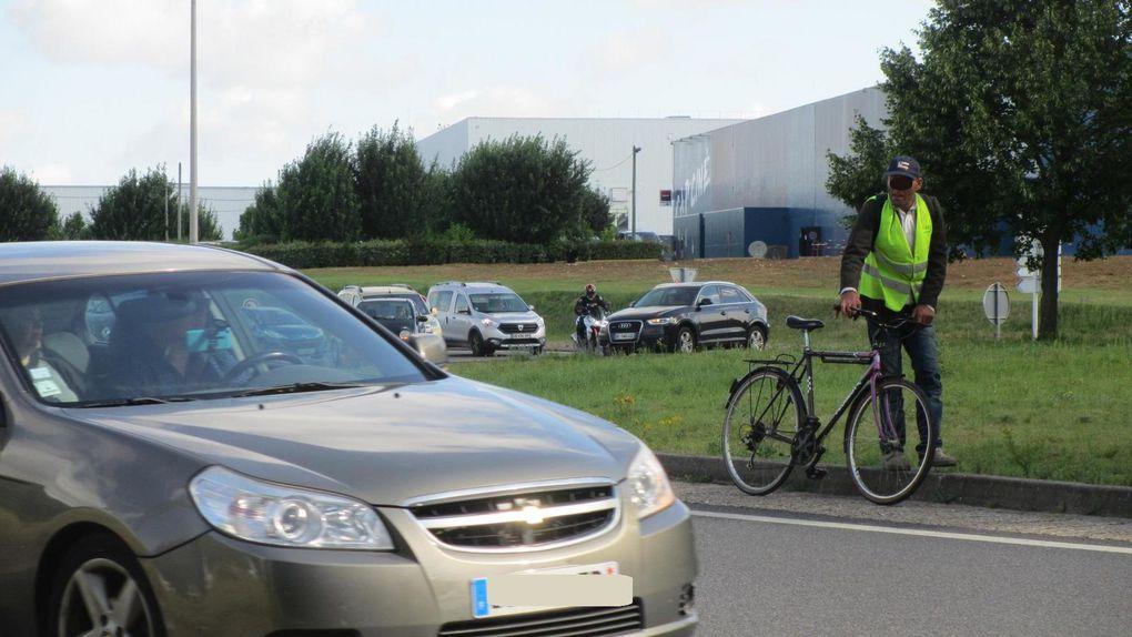 Juillet 2016 - giratoire de cap ciné à Blois - un cycliste coincé sur une artère de type autoroutière en situation périlleuse.