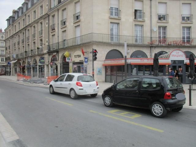 Blois la rue Denis Papin en travaux de rénovation et une circulation motorisée dans le centre ville malgré le sens interdit.