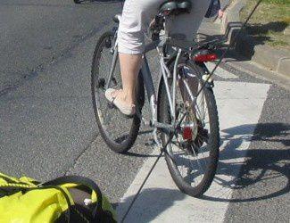 vélo bitwin pour dame avec des élements rétroréfléchissants dans les rayons - selle cassée - panier - lampes cassées scotchées - autocollant en forme de coeur sur le garde boue arrière. -