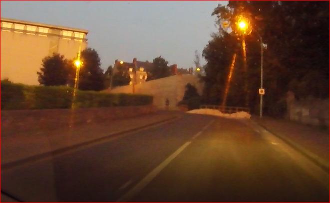 Qui est donc ce cycliste invisible qui se sent invincible ? Qui pense briller sans luminosité ?