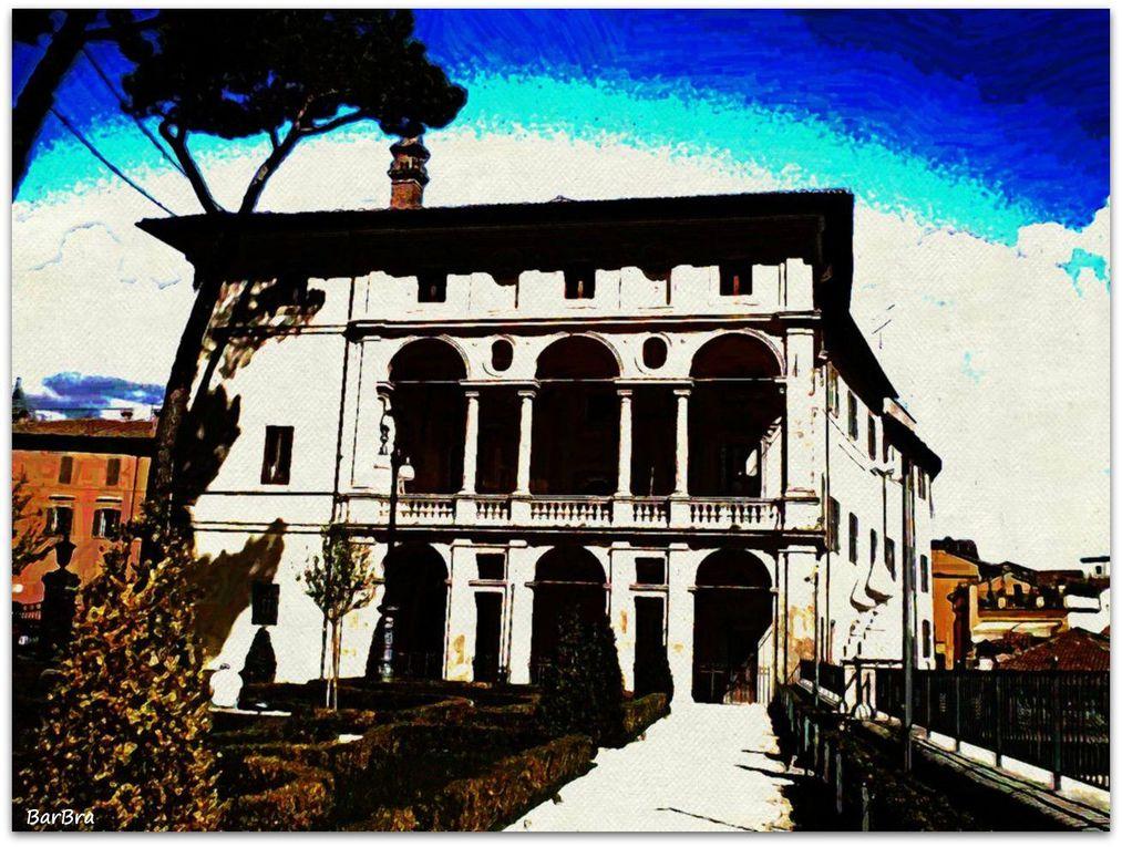 ... l'ingresso del giardino, il palazzo, l'affaccio sui tetti della città sottostante