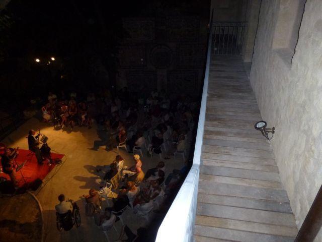 Les invités arrivent peu à peu. Puis Paul et son Banjo, Alain et sa guitare et Olivier et sa basse.