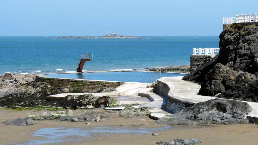 La plage du casino et le bassin d'eau de mer qui fait la joie de ceux qui n'ont pas le courage de descendre jusqu'à l'eau lorsque la marée est basse ...