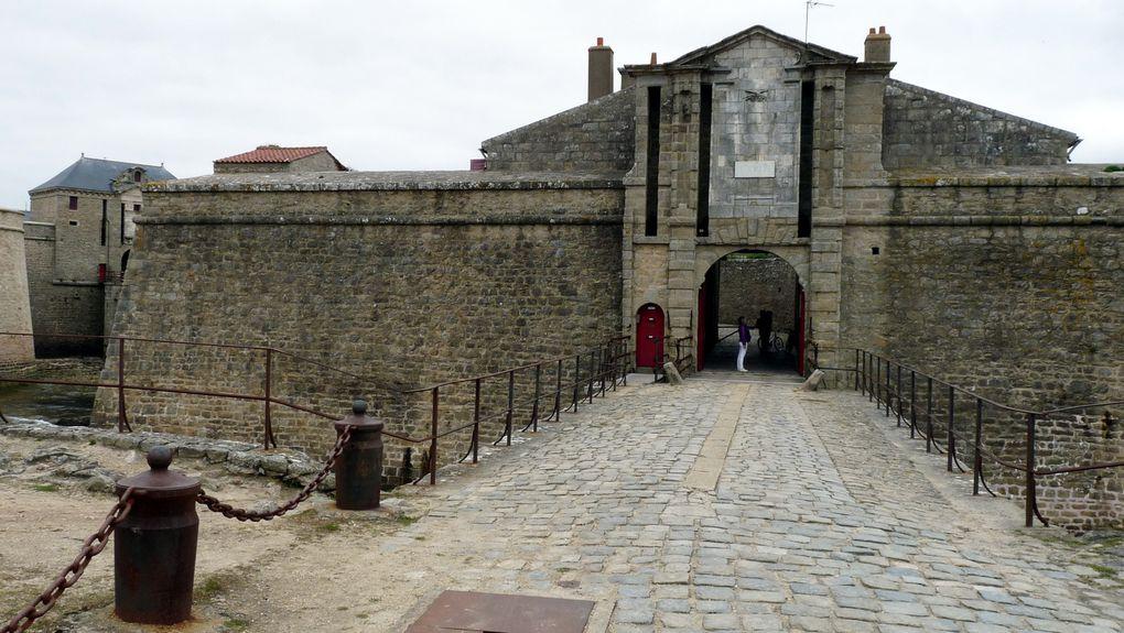 La Citadelle de Port-Louis a été construite au XVIᵉ siècle par les Espagnols, puis modifiée au XVIIᵉ siècle par les Français.. Elle ferme l'accès de la rade de Lorient.