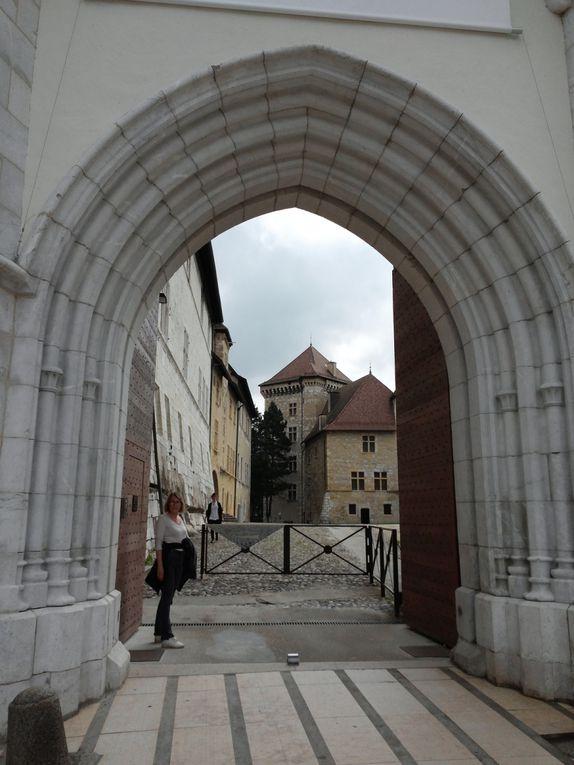 Le château d'Annecy est un ancien château fort, du XIIe siècle, remanié à plusieurs reprises. Ancienne résidence des comtes de Genève et des ducs de Genevois-Nemours.I
