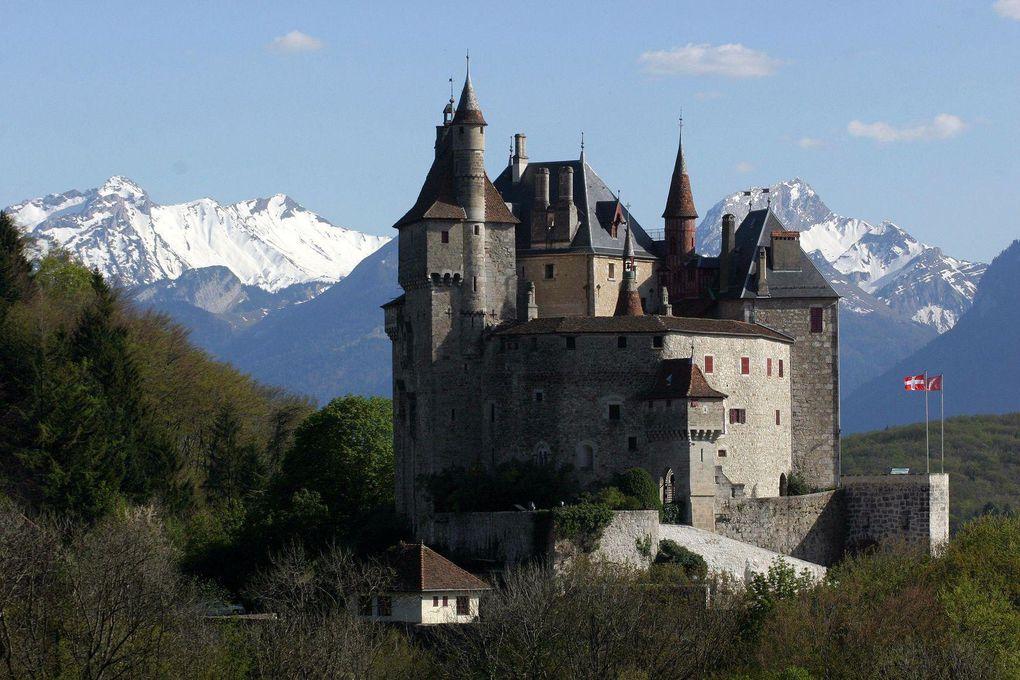 Le Château de Menthon Saint bernard est une ancienne maison forte du Xe siècle. Avec ses 105 pièces, il est resté par delà les siècles une demeure bien vivante, toujours occupée par la même famille noble de Menthon,  depuis bientôt 1000 ans.