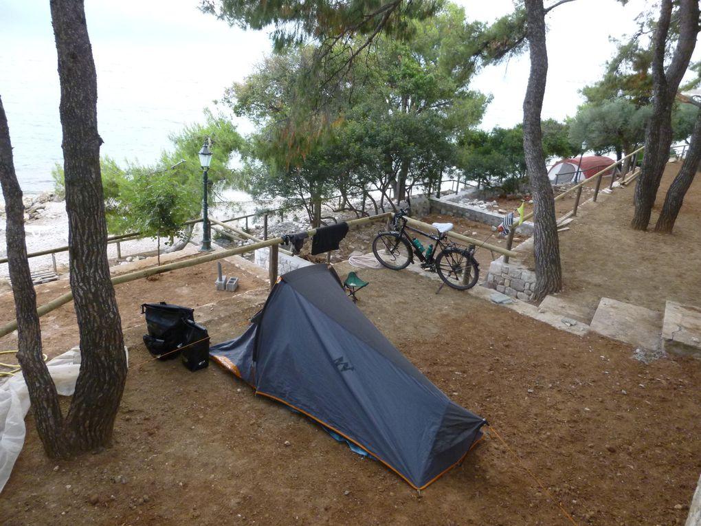 """salade grecque (plat national avec la moussaka"""" - Quand il pleut....il pleut ! - Camping Tsolis à Labiri: vue imprenable ! -"""