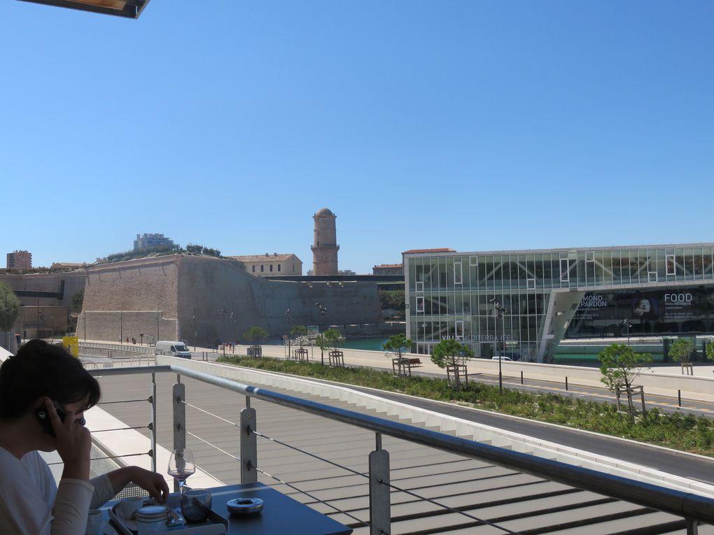 Descente de l'esplanade de La Major vers le Regardscafé et vue prise de la terrasse du café.