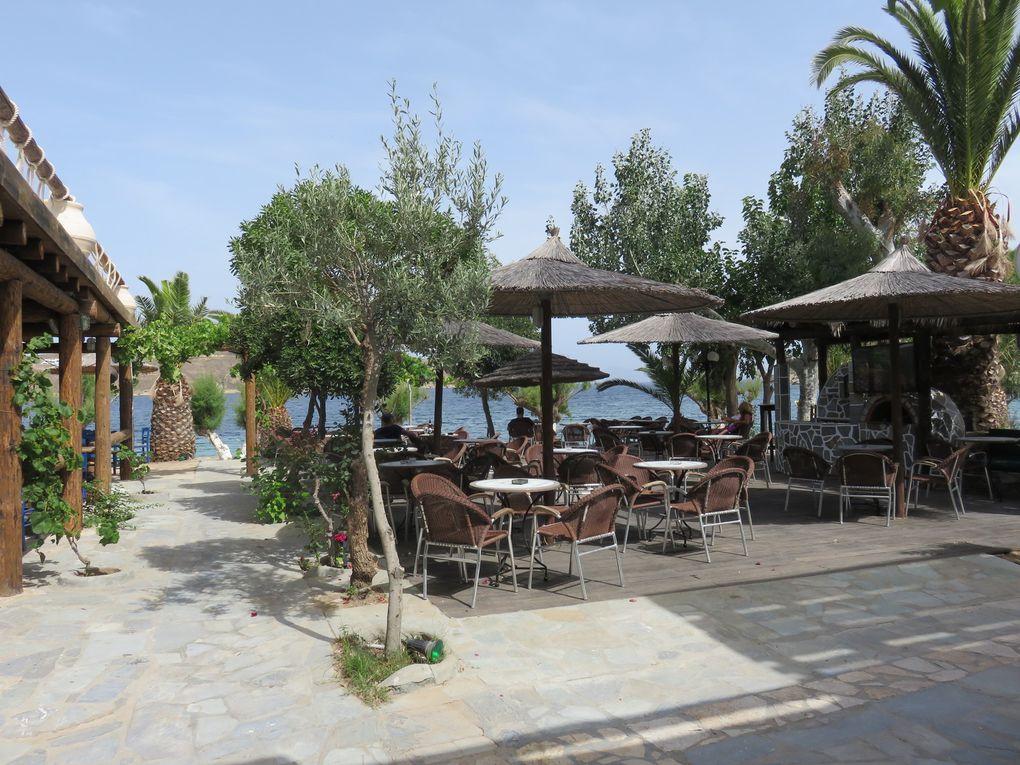 La plage de Livadakia où se situe notre hôtel et le bar-restaurant de l'hôtel (dommage que les fauteuils soient dans un état lamentable...)