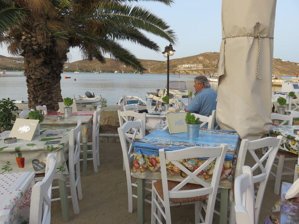 Ouzeri Kalis, une des tavernes du port de Livadi. Très chic, mais franchement bien plus cher que chez Stamatis et moins bon !!! Mais encore un cadre de rêve...