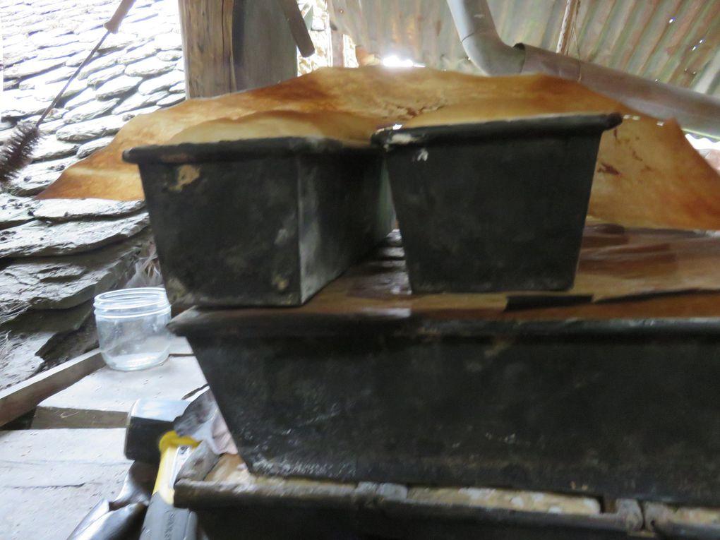 """Au bout d'un escalier et d'un chemin étroit, le four à pain - Michèle et """"le boulanger"""" - des pains avant cuisson"""