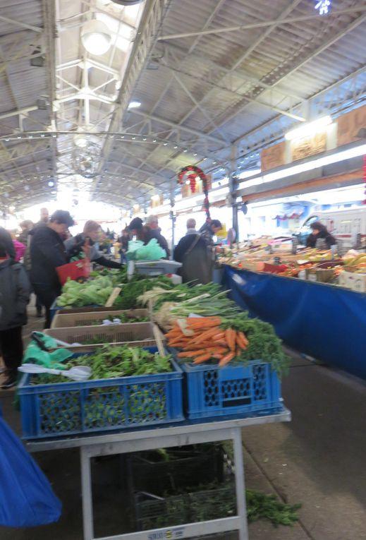 Les étals des marchands, les blettes du jardin (achetées !), les salades Trevise.