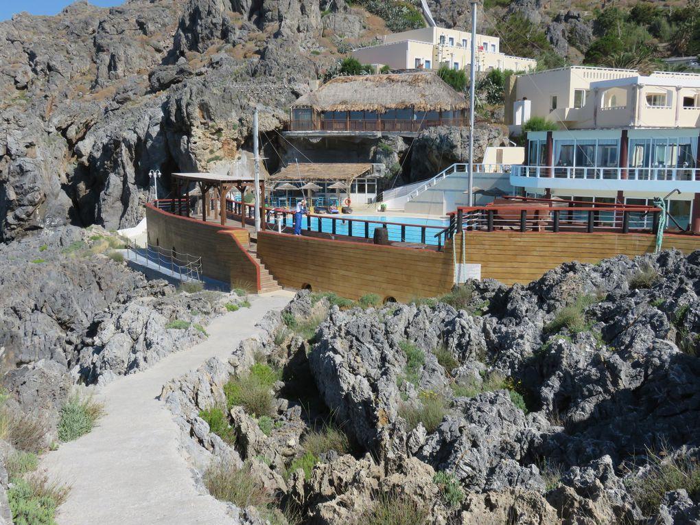 Imaginez une calanque privée et un complexe hôtelier bâti eu pied d'une falaise en surplomb de la dite calanque.