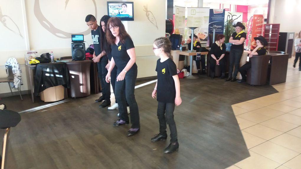 une partie des élèves à participé à l'animation en claquettes et danses country, le 29 Avril 2017 à Flunch.