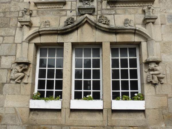 ...une richesse qui se manifeste par les façades finement sculptées...