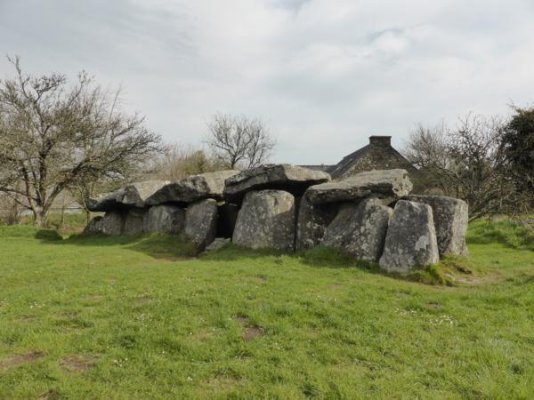 ...l'allée couverte de Mougau-Bihan, 3 000 ans av.JC, long de 14 m., sépulture mégalithique...
