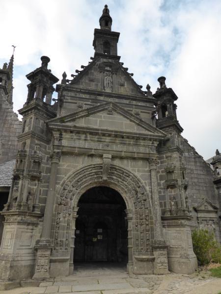..le porche sud, du début XVII, présente, lui, de magnifiques sculptures...