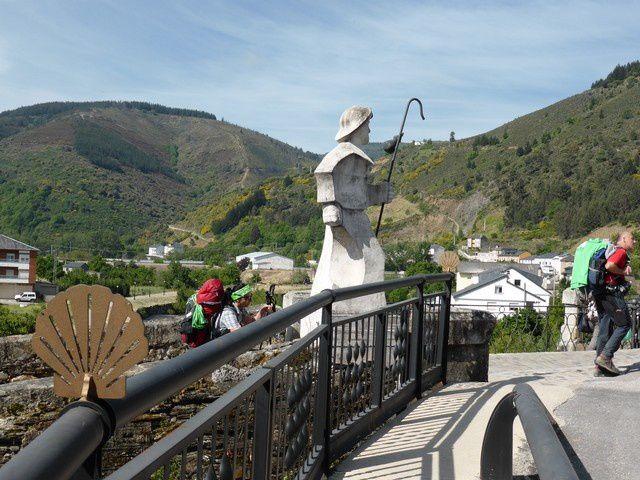 on débouche ensuite sur le pont médiéval ... et on poursuit la route vers Trabadelo...