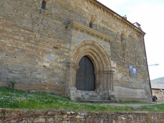 ...remarquable par sa porte du Perdon... à laquelle était attachée une indulgence plénière pour les pèlerins  trop malades pour poursuivre leur route... d'où le surnom de la ville (la petite Compostelle)