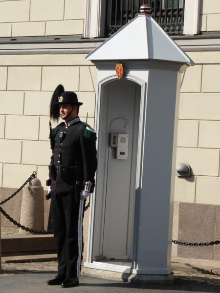 où nous assistons à la relève de la garde...