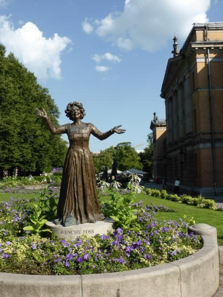 ..&#x3B; entouré de statues d'auteurs et d'artistes...