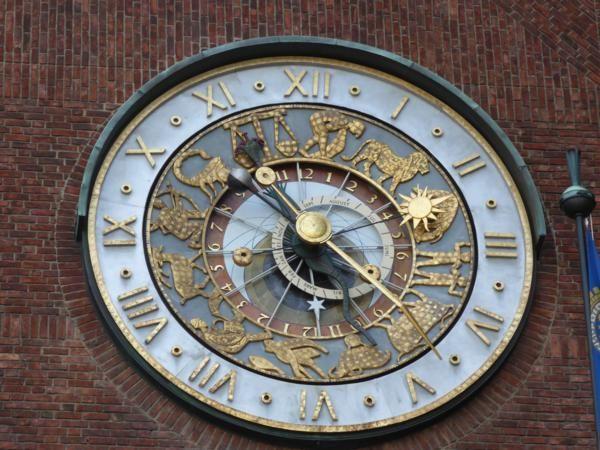 Nous redescendons ensuite vers l'Hôtel de ville....imposant !... avec une horloge fabriquée à Strasbourg..