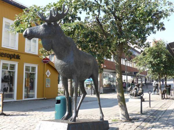 un beau petit centre ville ...avec sculptures... à défaut d'avoir vu des élans... en voilà un... et surtout avec un petit marché avec  des fraises...!!