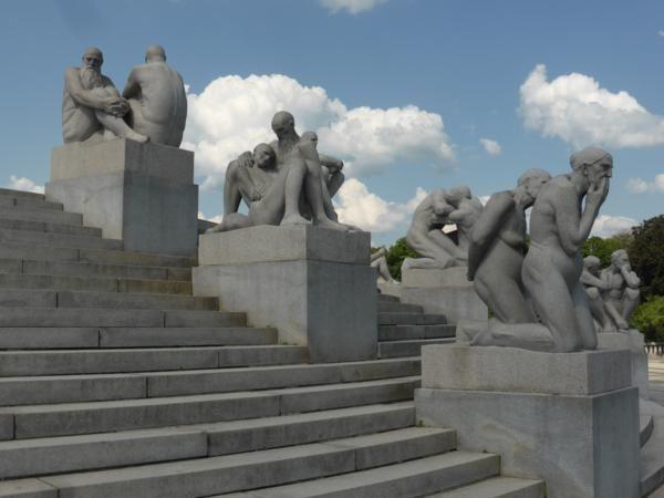...pour l'atteindre...un escalier circulaire orné de statues représentant les âges de la vie...