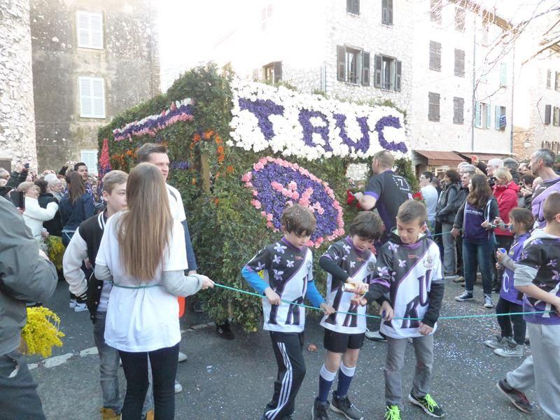 club de football ....ou rugbymen qui portent leur char à bout de bras !!!...