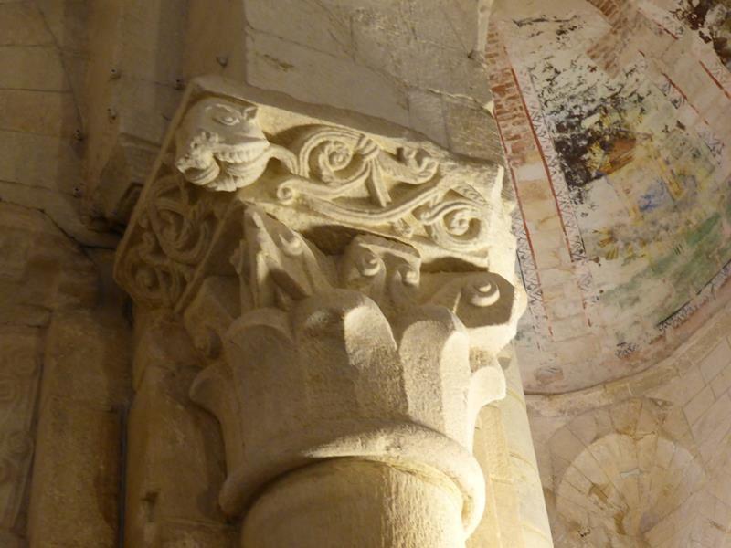 ...des chapiteaux qui dateraient du XII...avec une influence wisigothique dans les motifs végétaux...