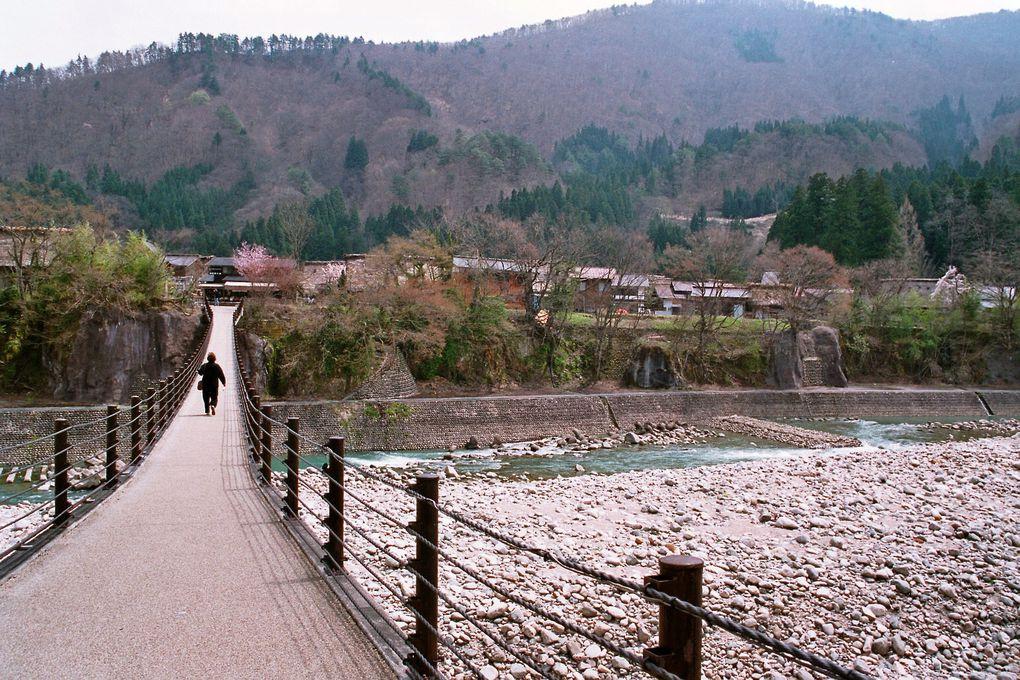 Bonus : Shirakawago, un village au coeur de la montagne, avec des maisons traditionnelles
