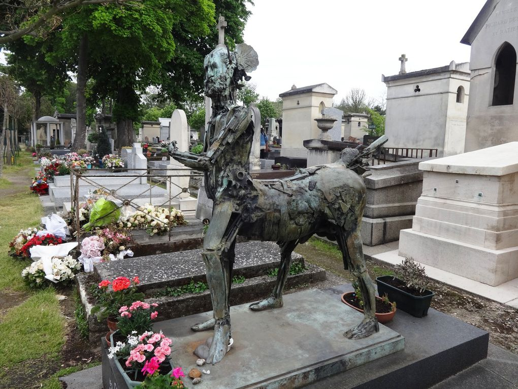Cimetière du Montparnasse : tombes et sculptures