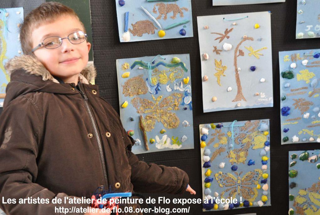 Les jeunes artistes devant leurs peintures