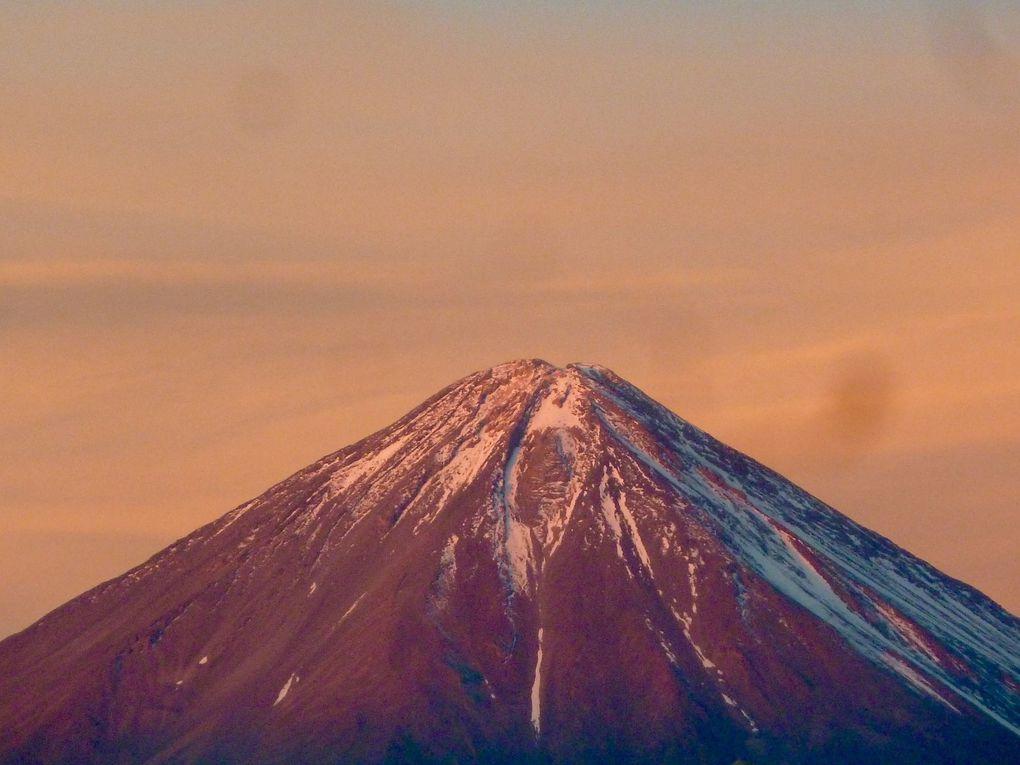 Les volcans en toile de fond (avec les taches de notre appareil photo malheureusement...)
