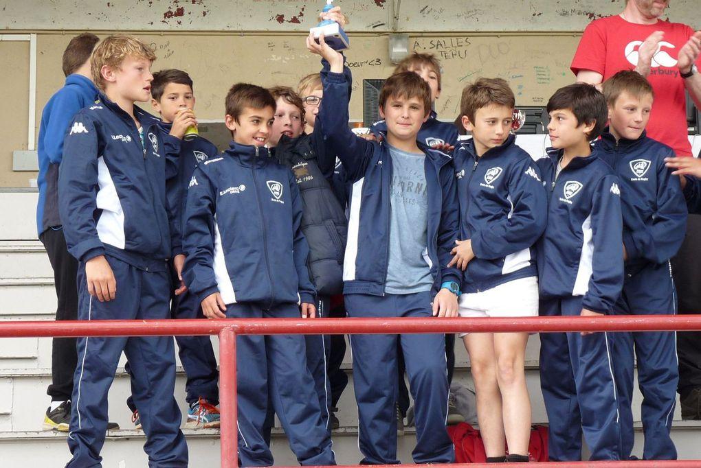 D'abord les U12 samedi, puis les U10 dimanche, les 2 équipes sont montées sur le podium! Beaucoup de vent, de gros gabarits chez les adversaires...mais les saucisses de Fred, la préparation physique des joueurs et le coaching de Eric ont permis à nos jeunes de soulever la coupe de la 3ème place. Félicitations à tous et RDV samedi prochain pour le dernier tournoi de la saison à Puy l'Evêque.
