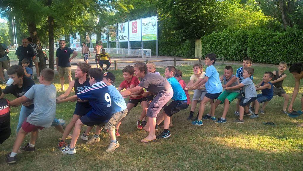 Joueurs, éducateurs, bénévoles et parents étaient réunis samedi 6 juin pour clôturer la saison de l'école de rugby. Sous un soleil de plomb, les joueurs ont pu s'essayer au kayak et au tir à la corde. Pour les plus petits, Divonéo a ouvert ses portes pour quelques brasses et descentes en toboggan ! Après le visionnage de la demi-finale du top 14 sur écran géant, les joueurs se sont un peu rafraîchis sous l'arrosage automatique du terrain d'honneur ! A l'heure du repas, ils ont pu déguster les différents mets préparés par les parents, et les saucisses frites de notre groupe de bénévoles toujours présents pour l'école de rugby. Un grand merci à tous pour votre implication dans la réussite de cette journée. Nous vous souhaitons d'agréables vacances et vous donnons RDV la saison prochaine début septembre (les dates exactes de reprise vous seront communiquées ultérieurement).