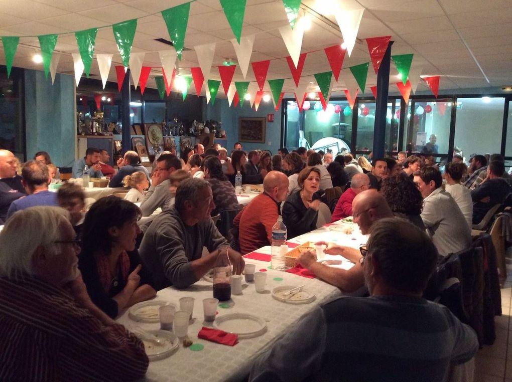 170 repas ont été servis samedi soir pour la soirée basque organisée par l'école de rugby. Félicitations aux cuisiniers du club, tout le monde gardera un excellent souvenir gustatif du poulet basquaise, même les enfants en ont redemandé ! Un beau moment de partage....à renouveler !