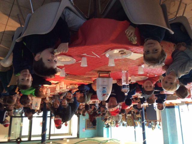 Super Noël pour les petits ciels et blancs de l'école de CAHORS rugby samedi 17 décembre. Toutes les catégories ont pu profiter d'un bon repas avec foie gras et bûches à gogo . Les plus petits ont apprécié la venue en moto du père Noël . Remise de très jolis sweats aux couleurs du club, des chocolats , des sucettes et de nombreux moments de joie avec les copains. Un grand merci à tous les bénévoles, de l'équipe cuisine aux mamans qui ont préparé cette belle journée. Et ...Merci père Noël !