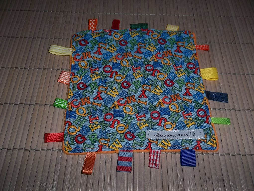 Doudous étiquettes : 9 euros , 1 côté minky (différentes couleurs) et 1 côté tissu