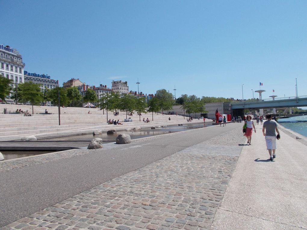 Lyon, sous le soleil de juin 2013. (Nouveau quartier Confluence, les Berges du Rhône et la passerelle du Collège, la presqu'île, le parc de la Tête d'or...)