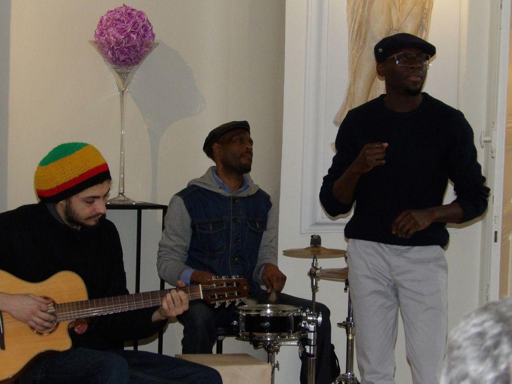 """le conteur Jude Joseph et le chanteur Grégoire Chéry accompagné de ses musiciens, dans le cadre de l'exposition de la """"semaine africaine"""""""