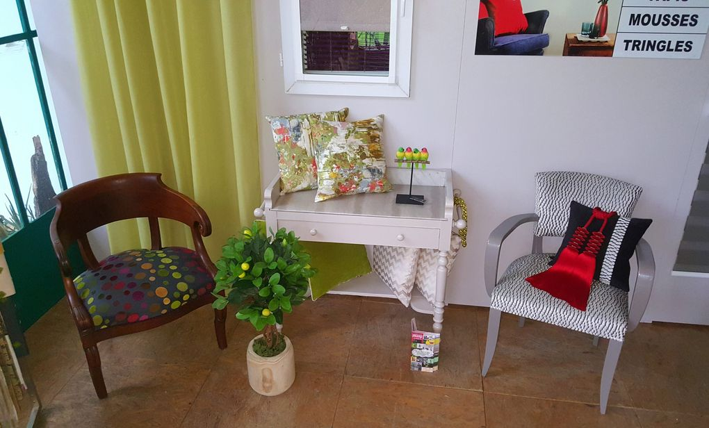 ARABESQUE expose JOURNÉE EUROPÉENNES MÉTIERS ARTS THIERS À L ORANGERIE tapissier decorateur présentation réfection fauteuil rideaux voilage emeringue store peinture tissu broďé
